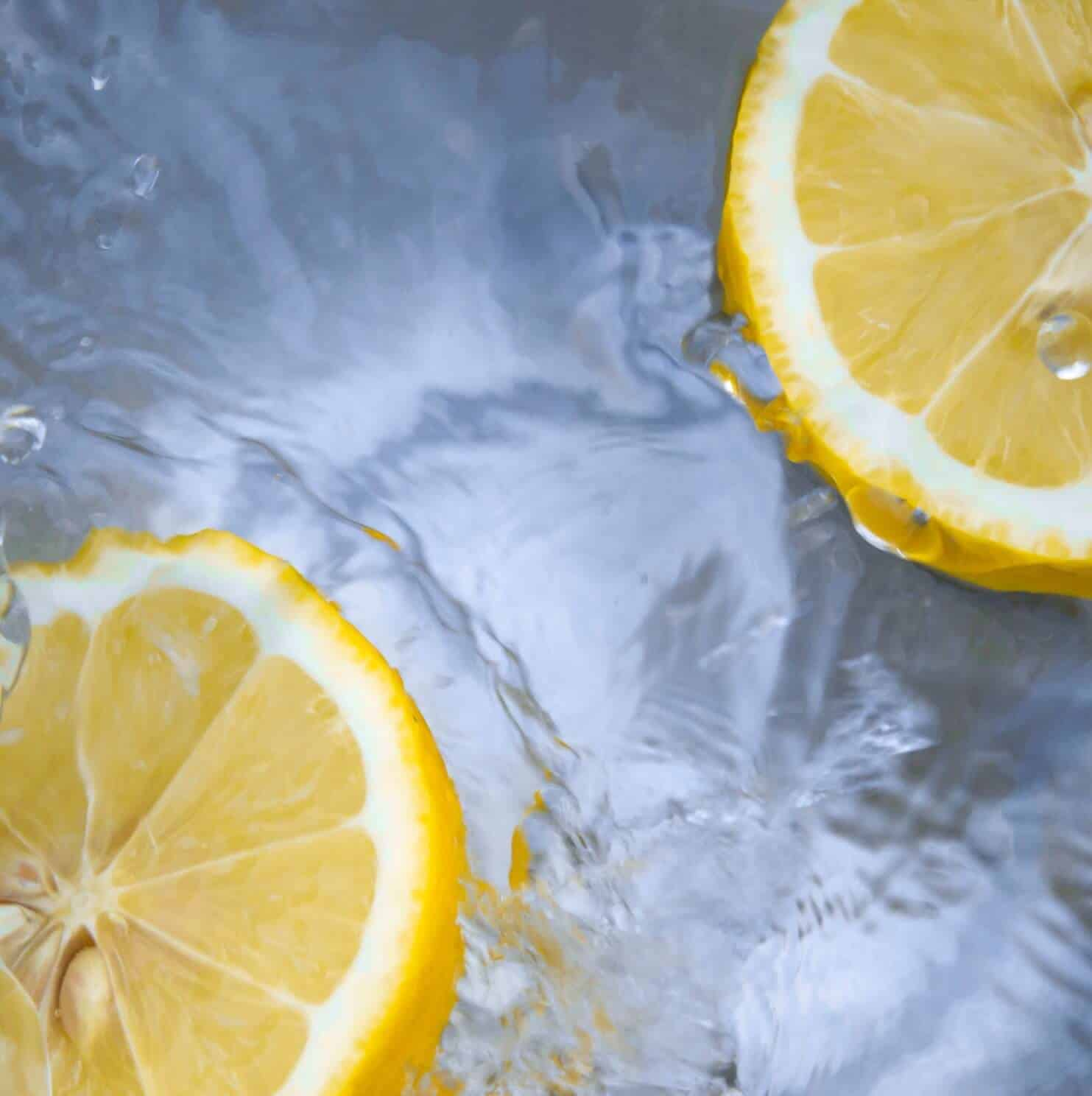 lemon-slices-in-water