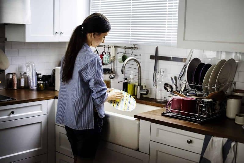 maid-house-cleaning-kitchen